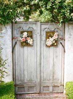 rustikales Holztor-Gartentür ideen-vintage ideen dekoration blumenstrauß