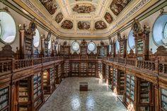 La magnifica sala Vaccarini dello splendido monastero dei Benedettini di San Nicolò L'Arena. Catania è una città ricca di arte, ricca di storia e di paesaggi fantastici farcita da una cucina tipica che non ha nulla da invidiare a nessuno.  La Biblioteca è  regolarmente aperta nei giorni feriali dal Lunedì al Venerdì dalle ore 9.00 alle ore 13.00 il Sabato dalle ore 9.00 alle ore 11.30.  CHIUSURE:  La Biblioteca è chiusa la domenica e nei giorni festivi.