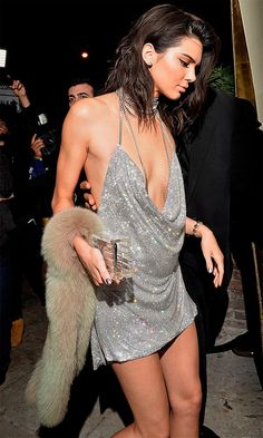Kendall Jenner Street Style: November Outfit number two of Kendall's epic birthday celebration was all about sparkle. Kendall stunned in a slinky, silver plunging mini dress by LaBourjoisie covered in Swarovski crystals that showed off her killer bod. Kendall Jenner Estilo, Kendall Jenner Outfits, Kendall And Kylie Jenner, Kendall Jenner Birthday Dress, Kendall Jenner Silver Dress, Mini Vestidos, Jenner Style, Birthday Dresses, Birthday Outfits