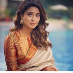 Gorgeous Shriya Saran in Cotton Silk Saree South Indian Blouse Designs, Blouse Designs Silk, Bridal Blouse Designs, Blouse Patterns, Chiffon, Saree Trends, Saree Look, Most Beautiful Indian Actress, Couture