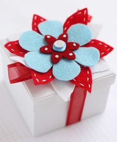 Decorate a gift package with a felt brooch.