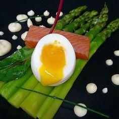 """Asperges printanières """"al dente""""  oeuf coulant et bâton de saumon fumé maison #menubistronomique #saumonfumé #oeufmollet #asperge #Food #Foodista #PornFood #Cuisine #Yummy #Cooking"""