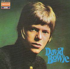 """<B> 'David Bowie' (1967) </ b> de Bowie auto-intitulado debut LP - lançado em 1967, quando ele estava com 20 anos - mostraram um jovem whippersnapper fresco-enfrentado que parecia que ele estava posando para a foto dele anuário da escola. O tiro foi tomado por Gerald Fearnley, irmão do colaborador musical de Bowie Derek """"Dek"""" Fearnley."""