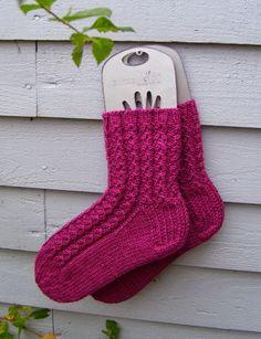 Langan päästä kiinni: Valepalmikkosukat Warm Socks, Marimekko, Knitting, Crafts, Diy, Inspiration, Tights, Dots, Knitting Socks
