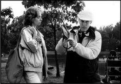 """Eric Rohmer (avec Emmanuelle Chaulet sur le tournage de L'Ami de mon amie). """"C'est un voleur de hasards, à l'affût de l'imprévu prévu. (...) C'est quelqu'un dont la fiction est tellement forte qu'elle rejoint la réalité. Et qui vous force à entrer dans sa fiction, tout en gardant votre visage réel"""" (Bernard Verley, in """"Éric Rohmer"""" d'Antoine de Baecque et Noël Herpe)"""