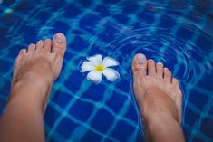 This guide aims at pointing out many foot bath benefits and introducing differen… - Foot detox How To Do Pedicure, Pedicure At Home, Medical Wellness, Papillomavirus, Listerine Foot Soak, Bath Benefits, Lose Water Weight, Toenail Fungus Remedies, Ingrown Toe Nail