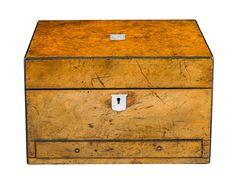 CAJA TOCADOR LUIS FELIPE. C. 1850 En madera de nogal. Con sus accesorios originales. Presentados cajones. Medidas: 19 x 31 x 22,5 cm.
