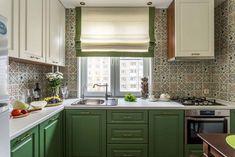 Új konyha és fürdőszoba idős hölgy lakótelepi lakásában - mosogató ablak előtt, zuhanyfülke, természetes, nyugodt színek