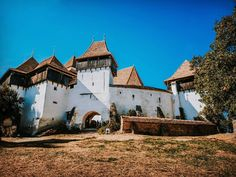Viscri is for sure one of the most authentic villages from Romania. Beautiful Sites, Most Beautiful Cities, Places In Europe, Places To Visit, Famous Castles, Medieval Castle, Bucharest, Famous Places, Us Travel