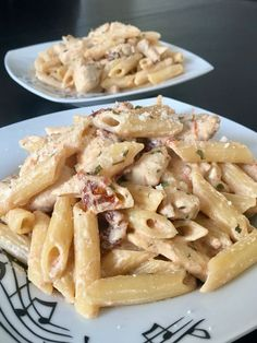 Penne with chicken and sun-dried tomatoes by Thomas Ailleaume - recette - Healthy recipes easy Quick Pasta Recipes, Super Healthy Recipes, Healthy Crockpot Recipes, Healthy Breakfast Recipes, Chicken Recipes, Healthy Snacks, Chicken Penne, Dried Tomatoes, Concrete Edging