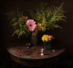 #still #life #photography • photo: С герберой и китайской фигуркой | photographer: Ли Ши | WWW.PHOTODOM.COM