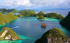 IslasBali es el destino turístico más importante de Indonesia, y la casa del famoso Triángulo de Coral, una región que posee el sistema de biodiversidad marina más amplio del mundo. Esta isla no solo ofrece actividades acuáticas y playas paradisíacas, sino que también cuenta diversos eventos artísticos y culturales.