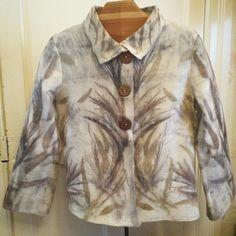 Nueva chaqueta. Tonos otoñales. Teñido en #ecoprint con hojas de pino y eucaliptus. #naturaldye #lanasyfieltrosesfema #felt #handmade