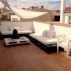 Terraza minimalista chill out con palet Rooftop Terrace Design, Porch And Terrace, Rooftop Patio, Daybed Outdoor, Outdoor Decor, Terrazas Chill Out, Terrazzo, Pallet Furniture, Outdoor Living