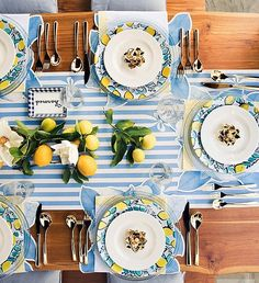 tisch sommer Tablescape envy 👗🍽🍋 Want to host a dinner party now. Beautifully styled table by Draper James 📸 by Draper James Brunch Table Setting, Lemon Party, Table Setting Inspiration, Beautiful Table Settings, Table Arrangements, Dinner Table, Tablescapes, Kitchen Decor, Sweet Home