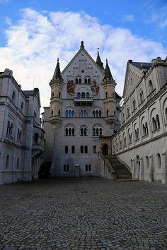 Widok na zamek Neuschwanstein od strony dziedzińca. :) Nowy post: http://www.born2travel.pl/zamek-neuschwanstein-niemcy/ #travel #zamek #castle #neuschwanstein #schloss #bawaria #niemcy #born2travel #MiniEurotrip2014