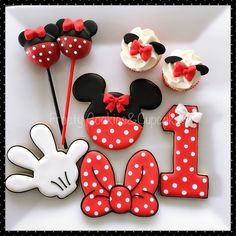 Minni Mouse Cake, Minnie Mouse Cake Pops, Minnie Mouse Theme Party, Minnie Mouse Birthday Decorations, Mickey Mouse Cookies, Disney Cookies, Mickey Cakes, Minnie Birthday, Mickey Minnie Mouse