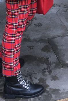 De Tartan Look, de kerstoutfit van 2017! De ruitjestrend is veelvuldig terug te zien in het modebeeld van deze winter en uiteraard van de kerst. Outstanding Blog werd geïnspireerd door de H&M in Groningen en de campagne op hun website A magical holiday. Ook G-Star met de Elwood van Pharrell Williams