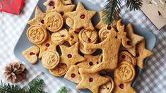 Acești biscuiti din turta dulce (fara zahar) sunt numai buni de ronțăit, de gătit cot la cot cu cei mici și de atârnat în brad, pe post de decor.