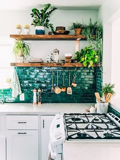 Cocina blanca y turquesa