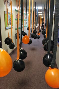 Haunt Your House: Balloon-Filled Hallway ? For a kid-friendlier Halloween hallway in your haunted house, consider hanging a billion orange and black balloons from streamers. This is an instant reminder of the season, making things that much more fun for Soirée Halloween, Halloween Class Party, Halloween Karneval, Adornos Halloween, Halloween Games For Kids, Halloween Balloons, Halloween Carnival Games, Halloween Buffet, Happy Halloween