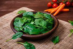 Ha egészségesek akarunk maradni, a spenót mindenképpen legyen gyakori vendég az asztalunkon. Mik a spenót hatásai, és hogyan védik az egészségünket? Ezekre a kérdésekre is válaszolunk, és persze arra, hogyan lett Popeye a tengerész annyira erős a spenóttól. Spinach Leaves, Fresh Vegetables, Food, Essen, Meals, Yemek, Eten