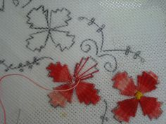 Este é um tipo de bordado indiano, que segundo a lenda, imita o tecer de uma teia de aranha. Nele são feitos raios contornando o desenho...
