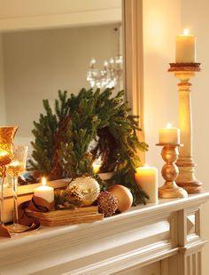 En la chimenea  Candelabro dorado y corona de Los Peñotes. Copas de Fronda y candelabro de Federica & Co.