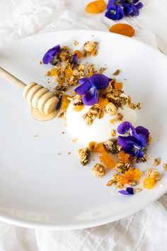 Panna Cotta au Fromage Blanc, Miel, Granola Noisette-Abricots et Fleurs de Violette - http://laraffinerieculinaire.com