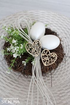 Welcome Easter with a beautiful decoration. Decorating of Easter eggs, making a whip are some of the Czech traditions that should not be missed. Here are some more tips. Easter Egg Basket, Easter Table, Easter Eggs, Christmas Flower Decorations, Easter Flower Arrangements, Easter Monday, Easter Traditions, Easter Crochet, Easter Holidays