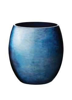 The new STOCKHOLM Horizon design by Bernadotte & Kylberg for Stelton is inspired by Stockholm's archipelago. The artistic pattern is reminiscent of the water's reflection in the picturesque archipelago. Just like reflections in the calm water, the Horizon design develops into unique, abstract patterns in blue-green shades, distributed across the collection's three vases and four bowls.