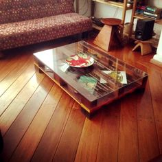one-pallet-coffee-table-with-glass-top-and-short-wooden-legs.jpg (960×960)