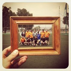 Love this idea. The photographer (@donrodomarinero) carries a frame around to frame his Instagram shots.