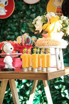 Festa Snoopy   Macetes de Mãe Snoopy Birthday, Snoopy Party, Bolo Snoopy, Charlie Brown Peanuts, I Party, 1st Birthday Parties, Baby Shower Parties, Table Decorations, Kids