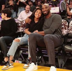 """Kobe Bryant and his daughter, Gianna """"GiGi"""" Bryant, were front and center at Sunday night's basketball game at the Staples Center. Kobe Bryant Lakers, Kobe Bryant 8, Kobe Bryant Family, Vanessa Bryant, Nba Players, Basketball Players, Dear Basketball, Basketball Legends, Maillot Lakers"""