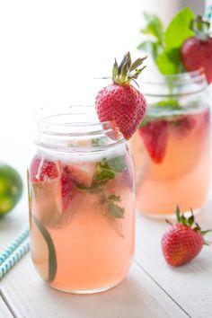 Erdbeer Rhabarber Sangria: Sommerlich leicht und auch ein originelle Drink für die Sommerparty oder Sommerhochzeit. #Hochzeit #Sommer #Cocktail