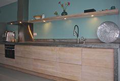 Gaat me meer om de kleur contract muur.Houten greeploze Keuken met betonnen blad op maat ikea en koak design