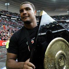Thierry Dusautoir, capitaine de l'équipe de France de Rugby à XV, ici avec le Stade Toulousain. Un beau bébé :)