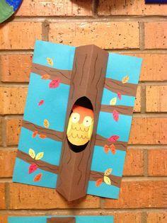 uil in een herfstboom