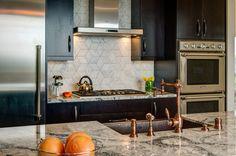 cozinha-moderna-armarios-pretos-azulejos-cinza-design-Angeline-Tellerman