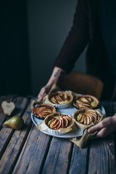Looking for some new winter receipes . these tarts from our food stories look delicious f rom our food stories: gluten free mini apple-pear tarts with vanilla pudding Gluten Free Treats, Gluten Free Cakes, Tart Recipes, Sweet Recipes, Baking Recipes, Easy Apple Galette Recipe, Dessert Tarts Mini, Fruit Tarts, Apple Pear