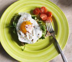 4 IDEI PENTRU MIC DEJUN  TOAST CU AVOCADO, OU OCHI ȘI PĂTRUNJEL < 10 min  o felie de pâine integrală prăjtă  jumătate de avocado  zeamă de lămâie  1 ou   http://beatricezimta.ro/4-idei-pentru-micul-dejun