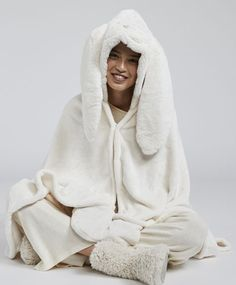 a3e16fd930fa2b Alice blanket with hood, - Fleece blanket with rabbit-shaped hood and top  cord fastening.