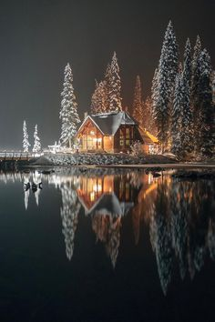 house, lake, and snow imageの画像