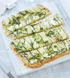 Zucchini-Flatbread mit Ziegenfrischkäse - Rezepte - [LIVING AT HOME]