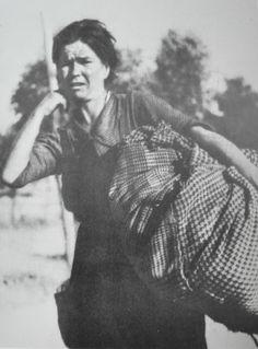 Córdoba. Mujer huyendo de la guerra. ROBERT CAPA.  EU-topías: Robert Capa, las paradojas de un fotógrafo bipolar en la Guerra Civil española