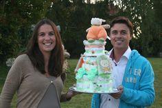 Gâteaude couches pour la baby shower de Maud! Doudou Vache, bavoirs, chaussons fait main et couches Pampers sur Mybbshowershop.com