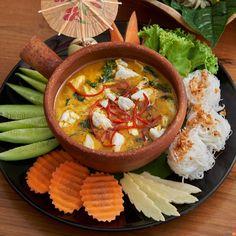 ร้านอาหารไทย , เชียงใหม่ , แกงคั่วเนื้อปูก้อนใบชะพลู Thai Recipes, Asian Recipes, Cooking Recipes, Brunch Sydney, Thai Food Menu, Authentic Thai Food, Food Doodles, Seafood Menu, Food Menu Design