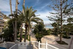 Апартаменты для летнего отдыха на первой линии пляжа Поньенте в Бенидорме, Испания Patio, Outdoor Decor, Plants, Home Decor, Decoration Home, Room Decor, Plant, Home Interior Design, Planets
