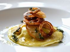 Greetings from the kitchen: veal liver raviolo with pear, roasted onion and thyme bu . - Greetings from the kitchen: veal liver raviolo with pear, roasted onion and thyme butter - Healthy Appetizers, Appetizers For Party, Appetizer Recipes, Healthy Snacks, Fish Recipes, Gourmet Recipes, Beef Recipes, Roasted Onions, Paleo Meal Plan